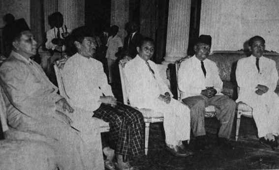 Menjelang pembubaran Masyumi. Prawoto (kedua dari kiri) dan Yunan Nasution (kiri) menemui Soekarno