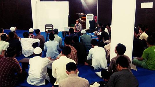 Pegiat JIB sedang mengisi kajian bersama Santri Ulil Albab UIKA Bogor