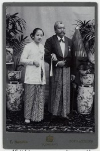 Kartini bersama Raden Adipati Djojoadiningrat. Sumber foto: KITLV DIgital Media Library (http://media-kitlv.nl/all-media/indeling/detail/form/advanced/start/10?q_searchfield=kartini)