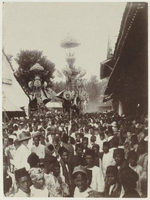 Perayaan Tabut di Pariaman (1948). Sumber foto : KITLV Digital Media. Viering van het Hasan-Hoeseinfeest te Pariaman. (http://media-kitlv.nl/all-media/indeling/detail/form/advanced/start/2?q_searchfield=pariaman)