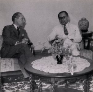 J.H. Van Roijen & M. Hatta tahun 1949. Sumber foto: KITLV Digital Image Library (http://media-kitlv.nl/all-media/indeling/detail/form/advanced/start/13?q_searchfield=roem)
