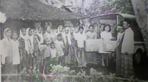 Muslimaat NU Kudus berikan bantuan untuk korban banjir. Sumber foto:  Tim Penyusun, Sejarah Muslimat Nahdlatul Ulama,PP Muslimat NU Jakarta:Jakarta, 1979, hlm