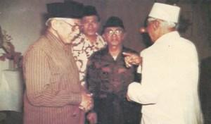 KH Abdullah Syafi'ie bersama Moh. Roem. Sumber foto: Penyunting Tuty Alawiyah. 1999. K.H. Abdullah Syafi'ie Tokoh Kharismatik 1910-1985. Jakarta: Yayasan Alawiyah