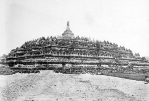 Candi Borobudur. Sumber foto: KITLV Digital Media Library (http://media-kitlv.nl/all-media/indeling/detail/form/advanced/start/6?q_searchfield=borobudur)