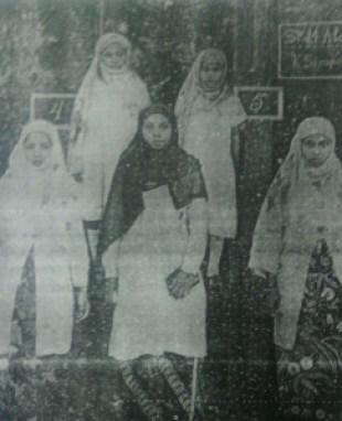 Rahmah El Yunusiyah, tengah, jilbab hitam. Sumber foto: