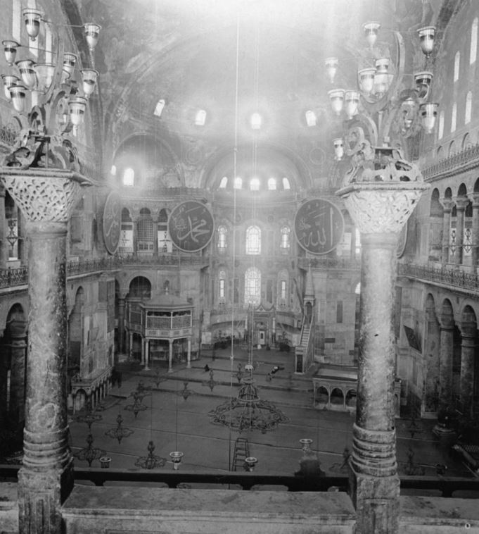 Masjid Hagia Sophia di masa lalu. Sumber: http://ilmfeed.com/40-photos-of-ottoman-istanbul-from-the-1900s/