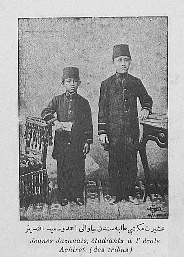 Dua pelajar dari Jawa di Istanbul, tahun 1900. Sumber: Laman Facebook Ottoman Imperial Archives