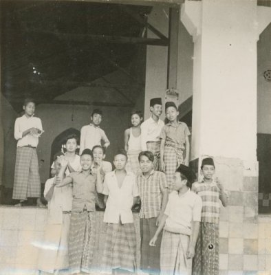 Santri Pesantren Denayar tahun 1970. Sumber foto: Karel Steenbrink, KITLV Digital Media Library (http://media-kitlv.nl/all-media/indeling/detail/form/advanced/start/13?q_searchfield=pesantren)