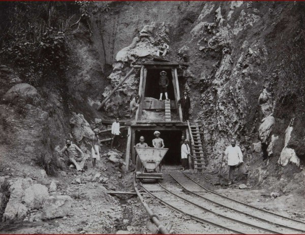 Gambar 3.2 Tambang batubara di Ombilin, 1890 – 1905. Sumber foto: Koleksi online Tropen Museum