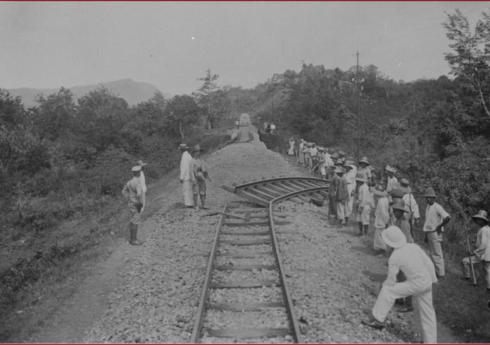 Gambar 3.6 Rel yang dirusak saat pemberontakan. Sumber foto: Koleksi online Tropen Museum