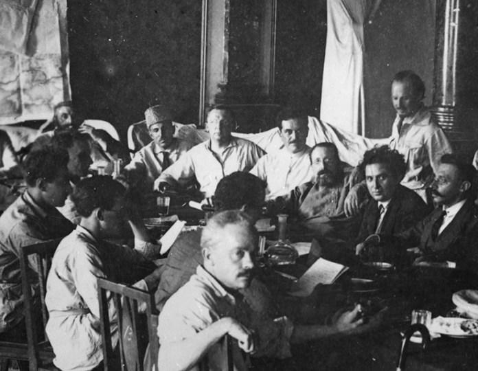 Gambar 4.1 Sneevliet bersama perwakilan-perwakilan di Komintern. Sumber foto: International Institute of Social History. www. iisg.nl