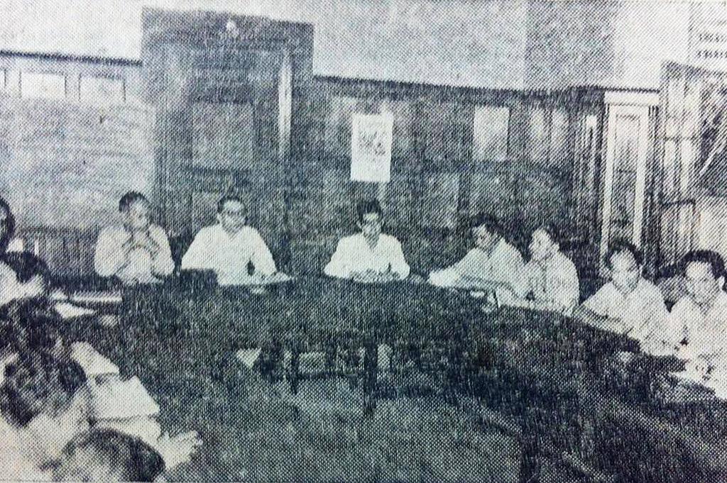 Gambar 3. Pertemuan perundingan penyelesaian pemogokan di Delanggu. Tampak Perdana Menteri Moh. Hatta dan Menteri Penerangan Moh Natsir dari Masyumi. Sumber foto: HarSin Po 22 Juli 1948
