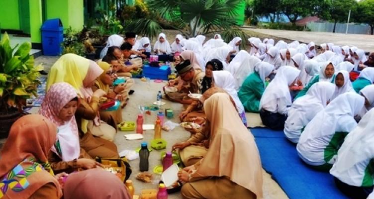 Gambar yang terkait dengan rumah makan lesehan di kota Medan
