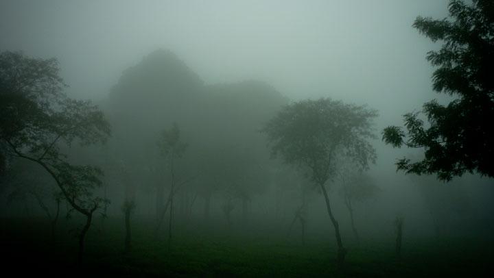 kabut tebal membatasi visual dan jarak pandang
