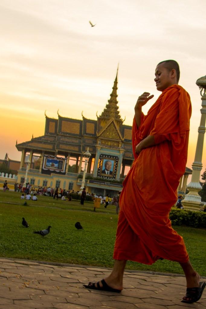 biksu di depan istana kamboja