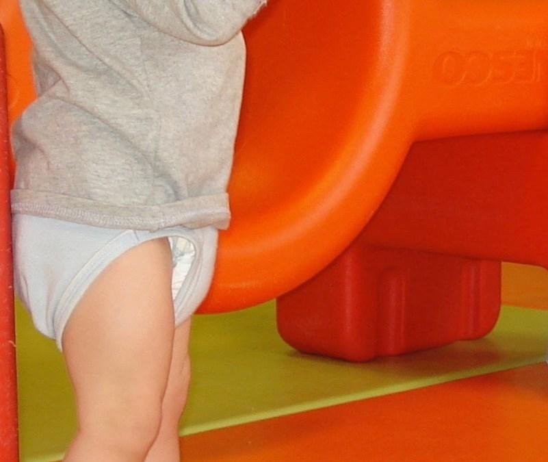 La motricité libre du bébé et ses étapes découvertes par l'enfant, étape 16 : faire quelques pas tout seul