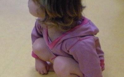 La motricité libre du bébé et ses étapes découvertes par l'enfant, étape 15 : Se mettre debout librement