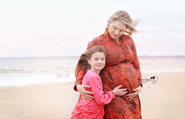Maternity photographer offers pregnancy photo sessions and maternity portraits, maternity photoshoot in a beach, state parks or at home