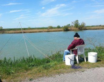 Fischer an einem Nebenarm des Po