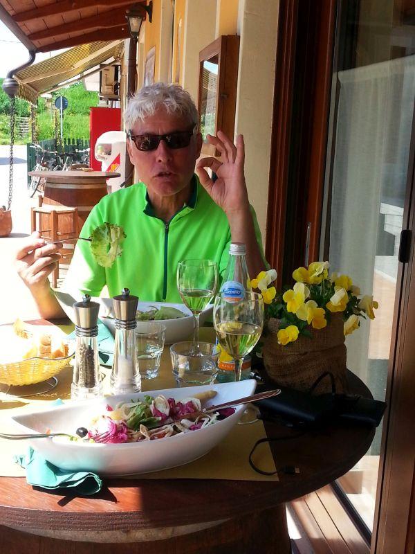Mittagsrast mit Salat in Santa Giulia am Radweg E3