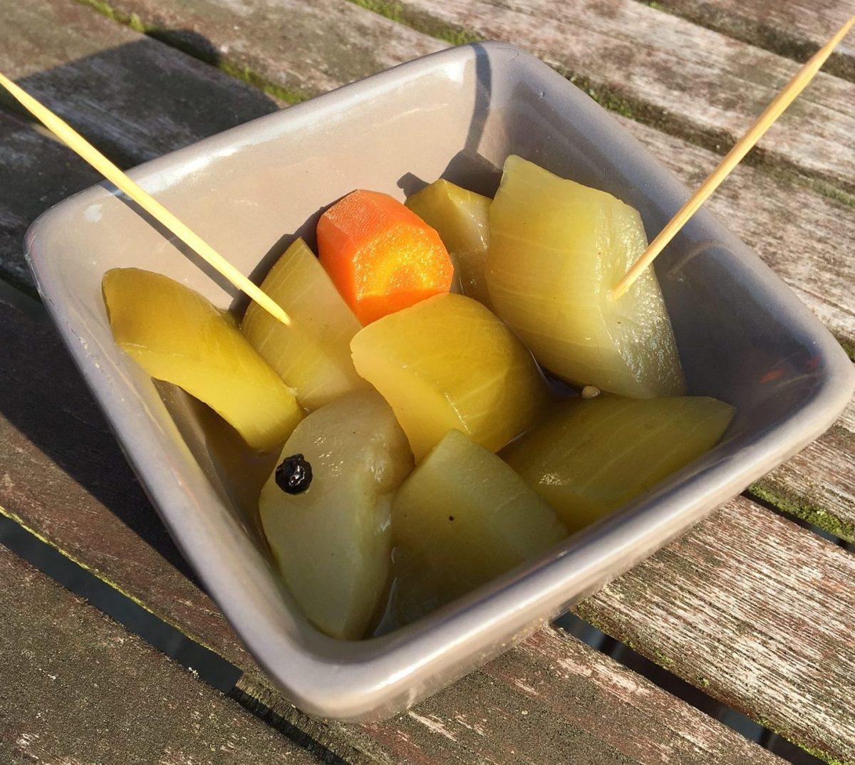 Bocaux de courgettes au vinaigre aigre-doux.