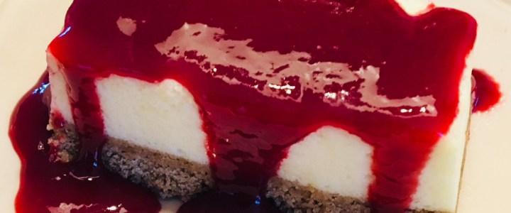 Cheesecake à l'agar agar avec coulis de fraises ou de framboises