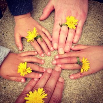 mains de la famille