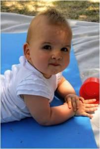 Bébé à plat ventre se redresse sur les avant-bras