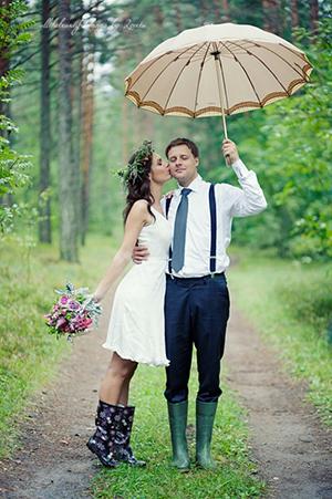 Couple de mariés sous la pluie