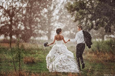 Photo de mariage -couple sous la pluie