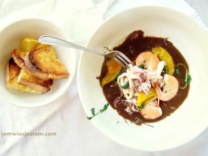 Czarna, aksamitna fasola i owoce morza...