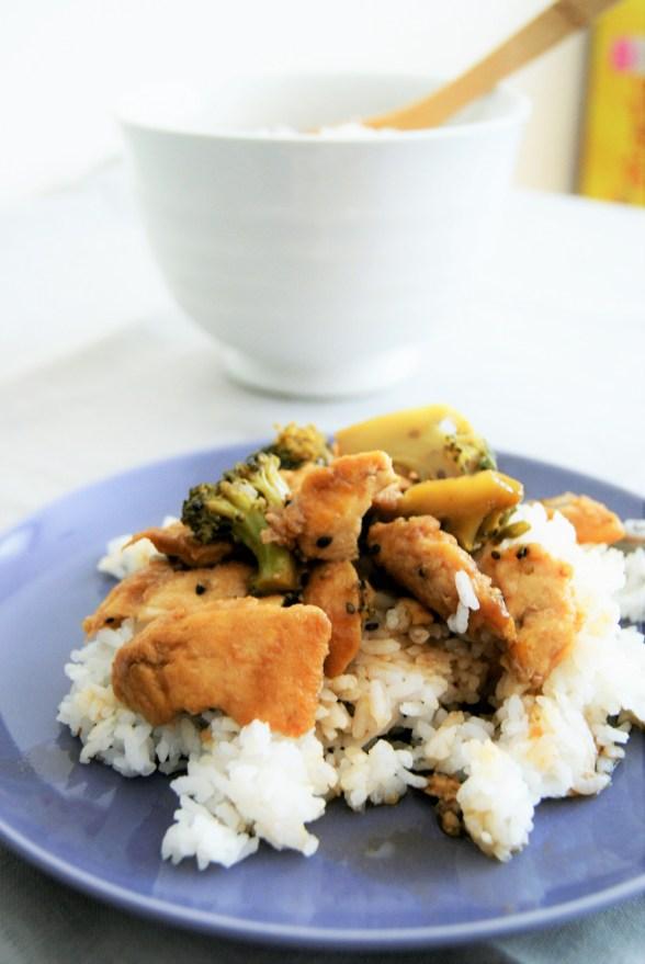 Pollo con brócoli y ajonjolí
