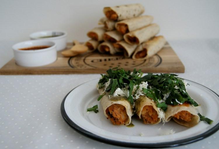 Tacos de papa y pollo y dos salsas