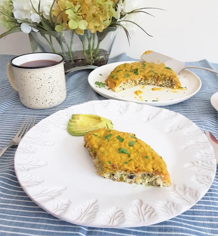 Fritata de elote, hongos y poblano en salsa de flor de calabaza