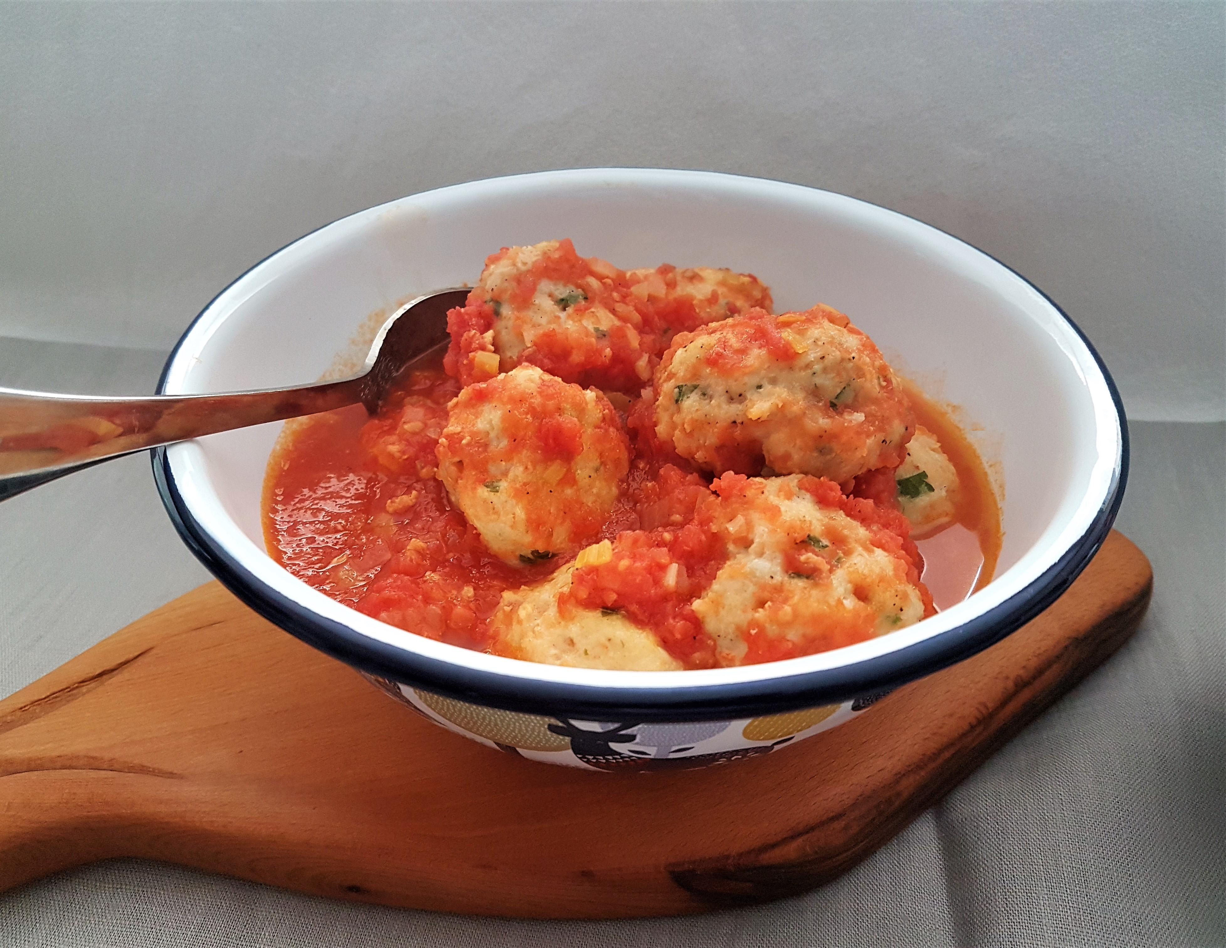 Albóndigas de pescado y camarón en salsa de jitomate y azafrán