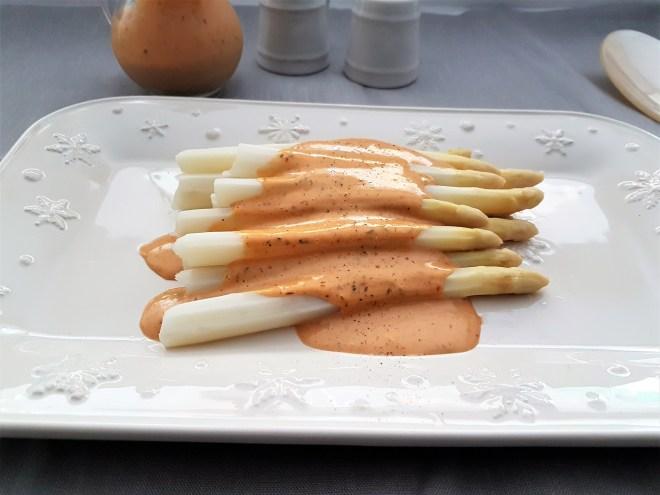 Espárragos blancos con aderezo de chipotle, mostaza y limón