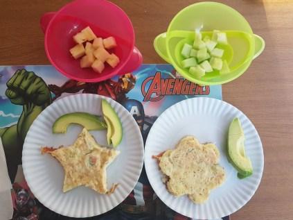 Huevos horneados con salmón ahumado y queso de cabra