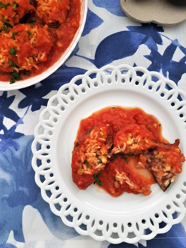 Berenjenitas rellanas de arroz, piñones, calabaza en salsa de jitomate