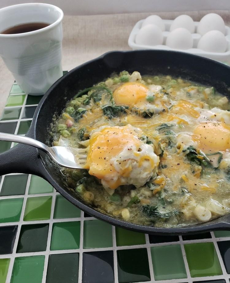 Huevos ahogados en salsa verde, chícharos y espinacas