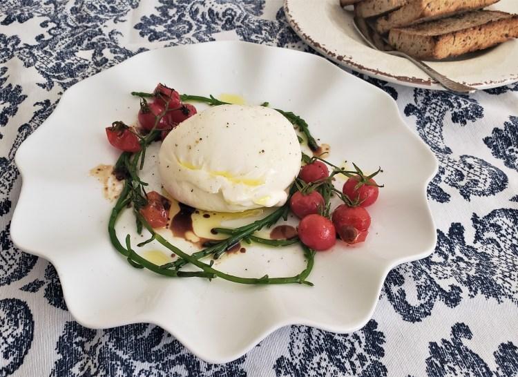 Ensalada de burrata, salicornia y jitomatitos rostizados