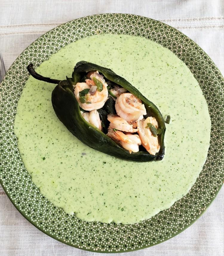 Chiles rellenos de camarones en salsa de cilantro