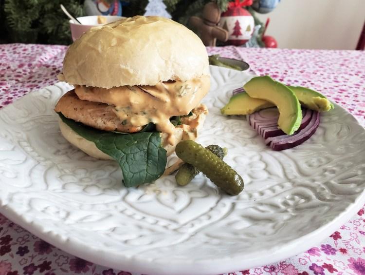 Sándwich de salmón con aderezo de yogurt y chipotle