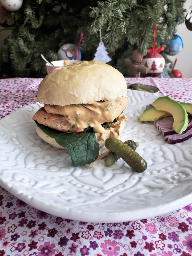 Sándwich de salmón con aderezo de yogurt y chipotle.jpg