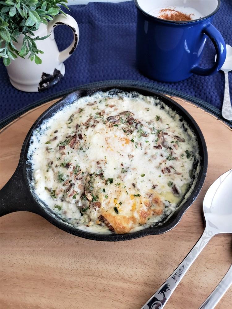 Huevos al horno con salsa de parmesano y hongos