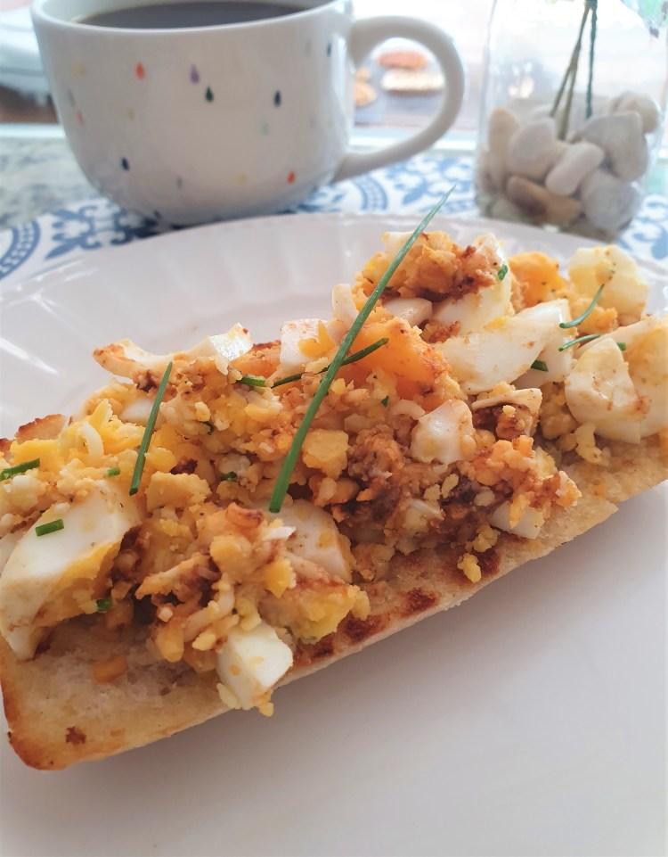 Tosta de huevo cocido con queso