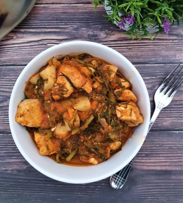 Pollo con romeritos en salsa de jitomate