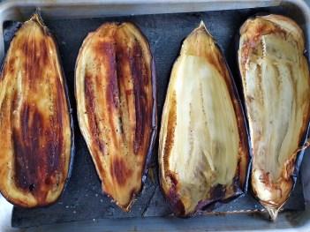 Berenjenas rellenas de carne, especias y piñones