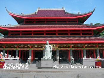 Altar utama Klenteng Sam Poo Kong