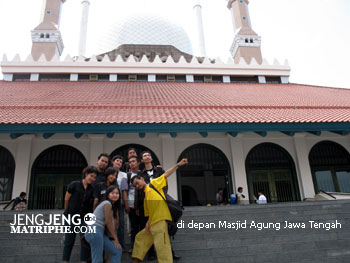 di depan Masjid Agung Jawa Tengah