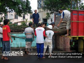 masyarakat membersihkan pohon yang melintang di depan Stasiun Lempuyangan
